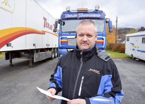 OPPGITT OG FORBANNET: Audun Tandberg mener at en terminal på grensen til Norge og et vinterførerkort kan være veien å gå. I  hånda har han en kopi av en politianmeldelse fra Tandbergs transport mot selskapet som eier det utenlandske vogntoget. Lasten var skjør og svært verdifull.