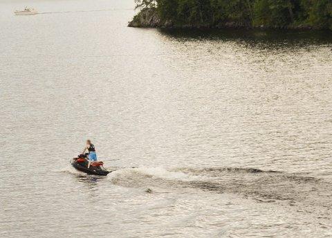 KJØRER PENT: Føreren av denne vannscooteren mener selv at han ikke kjører som en villmann.Foto: Thormod R. Hansen