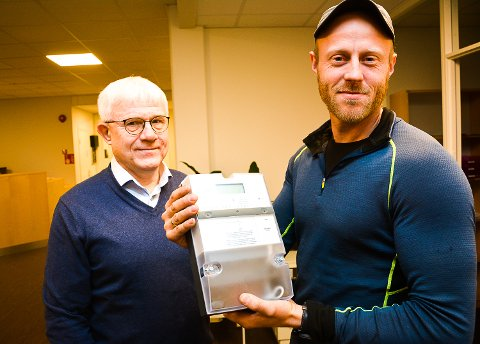 NY MÅLER: Avregningsansvarlig Jan Ramstad (t.v.) og måleingeniør Jens Støa i Midtkraft A/S sier at de nye målerne har mange fordeler de gamle ikke har.