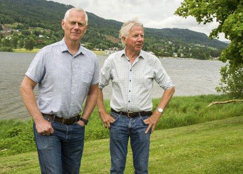 UT MOT FJORDEN: Ordfører Ståle Versland (t.v.) og Ole Brunes i Modum Næringsråd drømmer seg gjerne bort ved Tyrifjorden og ønsker uteservering velkommen.