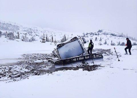 HAVARI: Slik så det ut etter at en av Eggedal Turlags store løypemaskinen havnet i vannet på fredag.