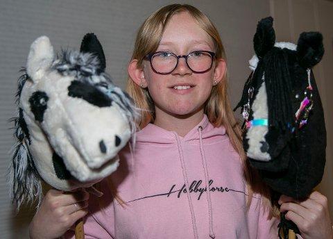 GROMGUTTER: Tilly (t.v) og Lucky er gromguttene i kjepphest-stallen til Helena Trøbråten Askerud.