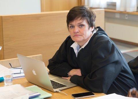 KLAR TALE: Advokat Mette Yvonne Larsen forsvarer den mannlige byggesaksbehandleren (47), som de neste ukene skal kjempe for å bli renvasket for korrupsjonsbeskyldningene.