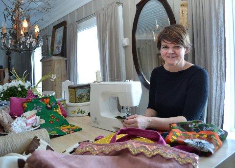 Eva Beate Laugerud har startet sitt lille korstog mot plastposer. Av gamle gardiner og loppiskjoler tryller hun fram de lekreste handlenett.
