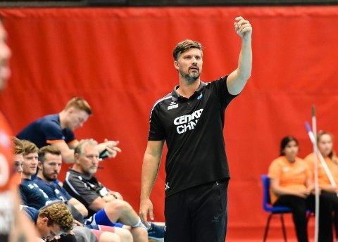 SPARER INGEN.  DHK er storfavoritter i cupkampen mot bravo fra 2. divisjon, men Kristian Kjelling lar ingen av stjerrnespillerne slippe unna turen til Tromsø onsdag. Selv om det er ny seriekamp allerede lørdag.