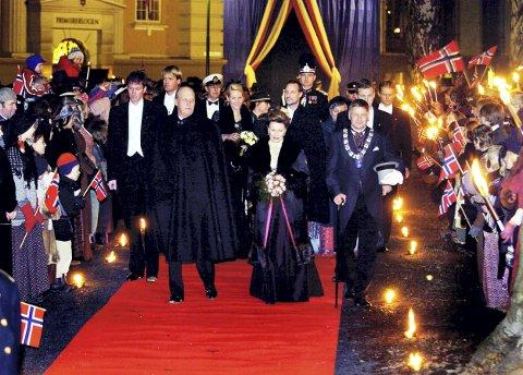 STORSLÅTT: Byen var pyntet til fest da kongefamilien kom for å markere Unionsoppløsningen i et direktesendt TV-program. Her på vei inn i Drammens Teater. Ordfører Tore Opdal Hansen til høyre.