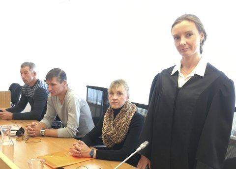 I RETTEN: Saksøkerne er representert med tre av arbeideren. Aidas Skaudas (tv), Arunas Jankauskas og Violeta Misleniene. Advokat Lina Smorr fører saken for de saksøkte. Foto: Gullik Maas Pedersen