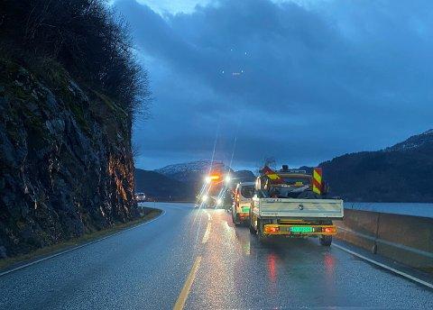 STEINRAS: Mesta var raskt påplass då fleire bilar punkterte på grunn av steinras. Bilen til Linda Åmelfot står lengre inn i svingen.