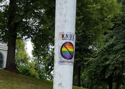 KUTTET LINER OG SATTE PÅ MERKER: De tomme flaggstengene ble dekorert stengene med klistremerker fra den Nordiske motstandsbevevegelsen.