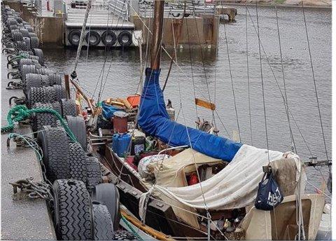 Har flyttet litt: Båten har i lengre tid ligget her, men er nå flyttet litt slik at den ikke hindrer fergen i å legge til.
