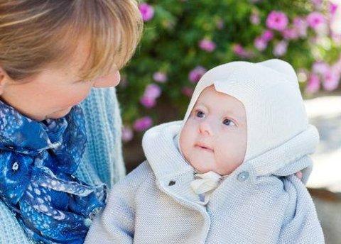 Ute med mamma: Når Ole Maximilian smiler, og det gjør han ofte, så er det ingen tvil hvem det smilet er til, sier  mamma Anna Solberg. Her er han seks måneder gammel.