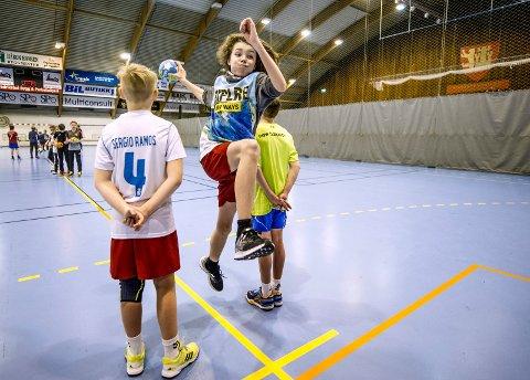 Stortrives: Håndballspiller og Gudeberg-elev Adrian Bjerke synes nærområdet er helt topp. – Vi har kort vei til mye, som Kongstenhallen, fortet og Gamlebyen, sier 13-åringen.