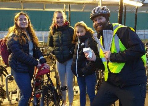 Delte ut: Vegard Anda fra Fredrikstad kommune, delte ut sykkellys til Sofie, Hedvig, Nora utenfor Kråkerøy ungdomsskole.