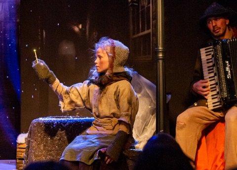 Tuva Olivia Remman spiller rollen som Johanne- Piken med svovelstikkene. Roberto Palermo på trekkspill.