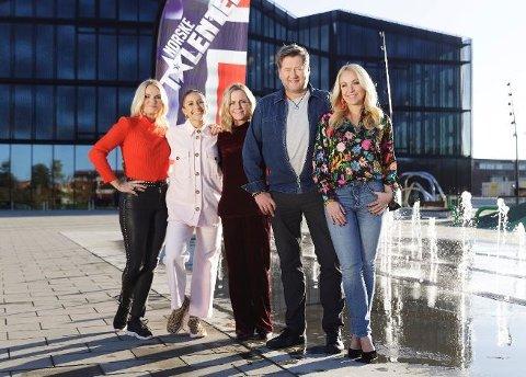 JAKTER PÅ DELTAGERE: Dommerne med programleder Solveig Kloppen i spissen søker blant annet Vestby-deltagere til jubileumsutgaven av Norske Talenter.
