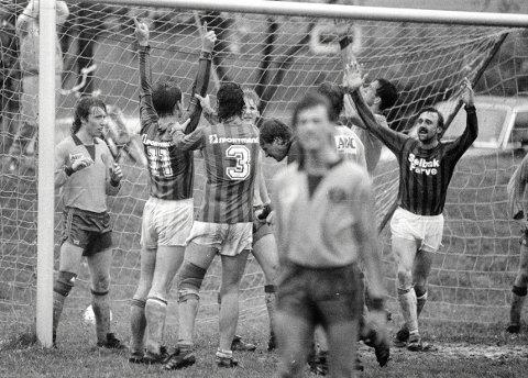 Jubel: Frank Solvang (til høyre) var en notorisk målscorer for Selbak. Her feirer han etter å ha scoret da Selbak slo Ull/Kisa i en 4. divisjonskamp i 1987.