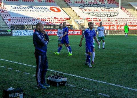 FÅR ROS: Kråkerøy-trener Bjørnar Johannessen får ros får måten han har tatt utfordringene i år. Kråkerøy berget plassen i 3. divisjon i helgen.