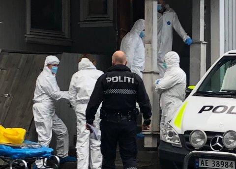 Politiet gjorde flere undersøkelser inne i leiligheten før avdøde ble båret ut av folk fra begravelsesbyrået.