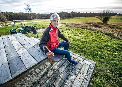 """Bjørn Brovold fotografert på sin egen plass på Gamle Fredrikstad golfklubbs hull ti. Utslaget heter """"Bjørn Brovolds plass""""."""