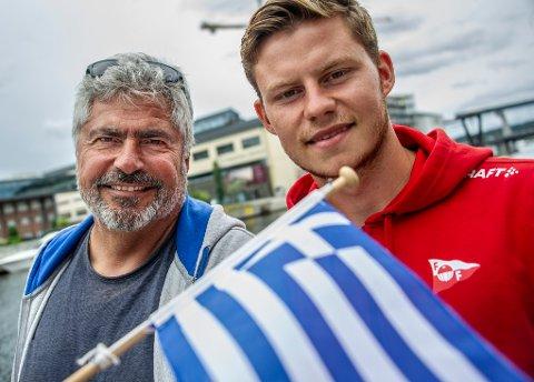 Alexander Zoulakis (til høyre) har vokst med oppgavene i FFK-drakta. Her er han sammen med pappa Charalampo på Bryggepromenaden.