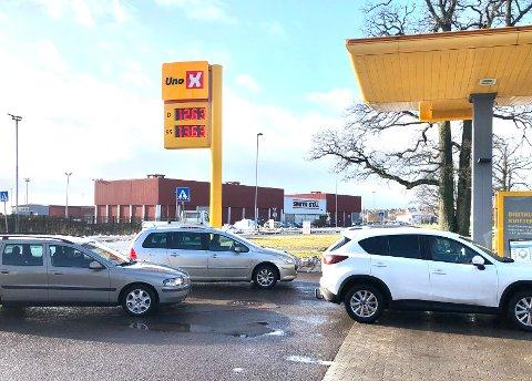 Billige bensinpriser fører til kø på den selvbetjente Uno X stasjonen i Lystlunden.