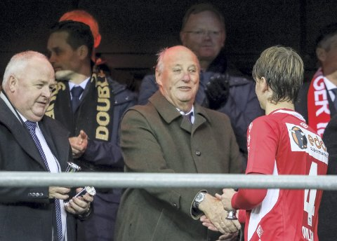 Kongelig: Kong Harald har aldeles ikke pensjonert seg i året som har gått. Her gratulerer han Adrian Ovlien med sølv i cupfinalen på Ullevål i november.foto: simen næss hagen