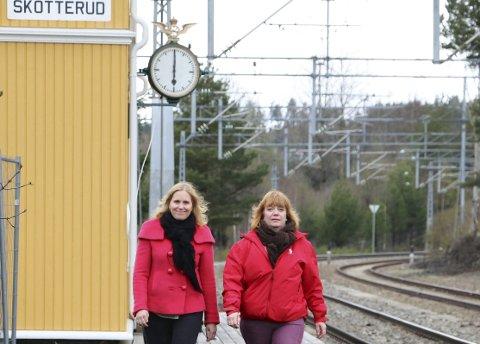 TOGSTOPP: Fylkesråd for samferdsel, Anne Karin Torp Adolfsen (Ap, til høyre) og Eidskog-ordfører Kamilla Thue har også tidligere kjempet for å få togstopp ved Skotterud stasjon. FOTO: PER HÅKON PETTERSEN