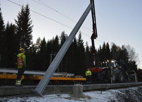 ANLEGGSARBEID: Det foregår omfattende oppgraderingsarbeid av det elektriske anlegget på Kongsvingerbanen. Her jobber mannskapene på strekningen mellom Fet og Sørumsand i vinter.