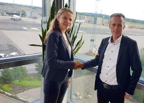 VIKTIG KONTRAKT: Avtalen om bygging av utvidet Non-Scengen-terminal ble nylig signert av lufthavndirektør Stine Ramstad Westby og administrerende direktør Kjell Bjarte Kvinge i Ø.M. Fjeld.