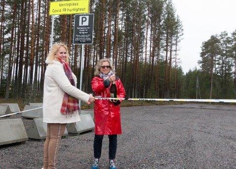 VENTEPLASS: Eidskog-ordfører Kamilla Thue (til venstre) og Evy Anne Heggen, virksomhetsleder helse, sto for den offisielle åpningen av venteplassen for hurtigtestede på Magnormoen onsdag ettermiddag.