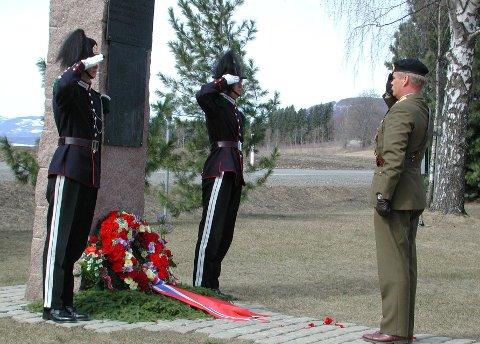 I uniform:  Harald Sunde, her i uniform, har  lagt  ned krans ved bautaen på Ring før. Her i 2011.Foto: Kari Utgaard