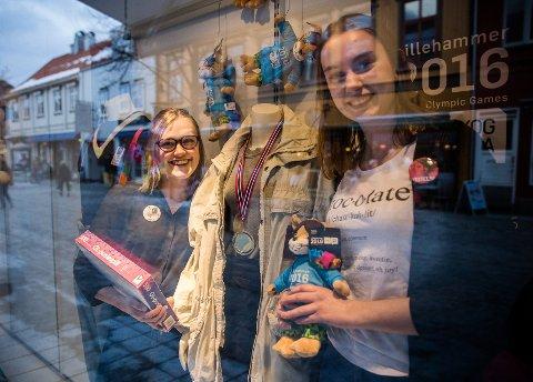 Fretex: Stine A. Bosheim (t.v.) og Sina Jenhaug Ringlund (t.h.) er godt fornøyd med Ungdoms-OL så langt. Her fra utstillingsvinduet, som de har dekorert med diverse OL-effekter. Alle Foto Aleksander Myklebust