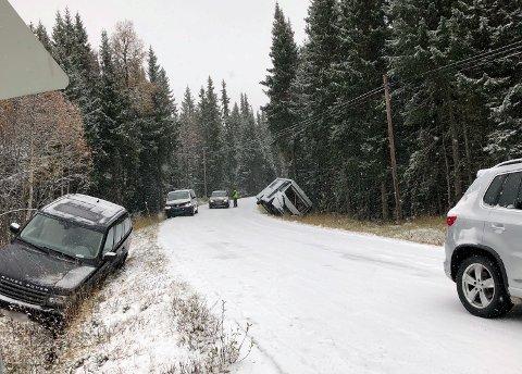 Bilene ligger strødd på Venabygdsfjellet etter at det ble svært glatt på vegen etter snøfallet som kom torsdag.