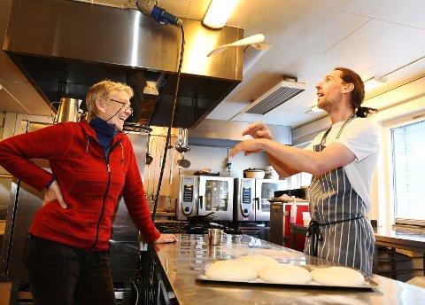 Kokken Tony fra Liverpool har fått flere nye oppgaver på Venabu i koronatiden. Nå lager han pizza og bakervarer for salg - i det som har blitt Venabygdsfjellets første minibakeri. Hotellsjef Line Tvete har hatt ideen lenge.