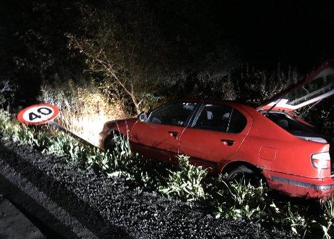 TRAFF SKILT: Bilen traff et skilt på sin ferd, men ingen personer ble skadet.