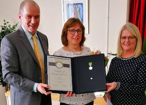 Ida Bjerke mottar Norges Vels medalje for lang og tro tjeneste, av Erik Nordengen og Linda Carlsen.