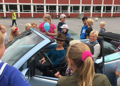 STILFULLT: Lege Anne Marie Dehli ble kjørt i åpen bil til skolene hvor hun har vært skolelege.