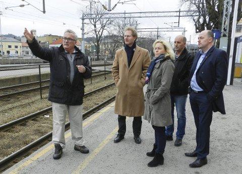 Forklarte: Per Egil Evensen (til venstre) forklarte om Jernbaneverkets båndlegging av store sentrumsområder. Fra venstre: Stortingsrepresentant Tor André Johnsen, stortingsrepresentant Åse Michaelsen, gruppeleder i fylkestinget Håvard Jensen og stortingsrepresentant Martin Stordalen (alle Frp).