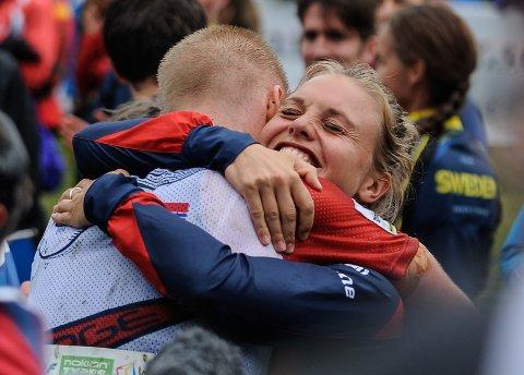 Seiersklemmen! Olav Lundanes ble gratulert av en lykkelig Ida Marie Næss Bjørgul.