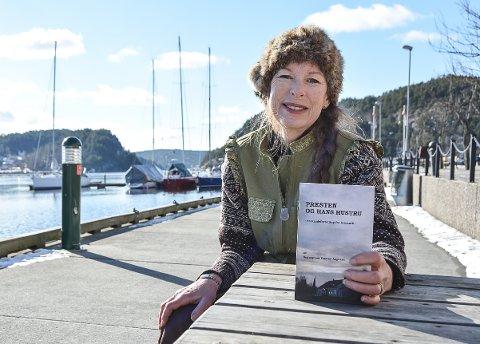 NY UTGIVELSE: Boka ble gitt ut første gang for over 100 år siden, men Aremark-forfatter Sissel Margrethe Børke har brakt boka fram i lyset igjen etter at hun ga den ut på nytt på sitt eget forlag. – En dyp og underholdende bok, beskriver hun.