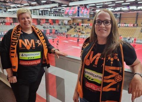 LANG TUR: To ihuga HTH-supportere som valgte å ta den lange turen til Arendal for å se heltene sine spille. Marit Vestby (t.v) fikk sitte på i HTH-bussen. Tone Solberg kjørte hele turen selv.