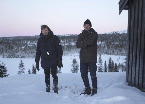 SNART I GANG: – Innspillingen starter i januar, sier Arne Kristoffer Wang Holthe og Andreas Skaugen. Her står de utenfor hytta til Skaugen, som blir innspillingssted for filmen.