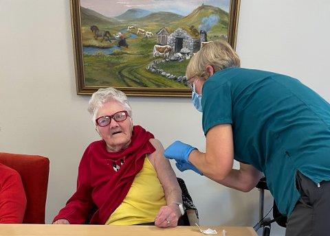 Vaksinasjonskoordinator Marit Bu Oppedal gav Brita Hereid (100) den fyrste vaksinedosen i Eidfjord.