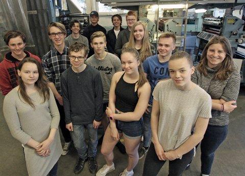 Skribenter, redaktører og redaksjonsledelse i de tre avisene fra Avis i skolen-prosjekten på Sandnessjøen videregående, på besøk i trykkeriet i Helgelands Blad.
