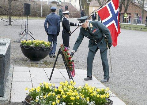 Krans: Kong Harald la ned krans på Nasjonalmonumentet.