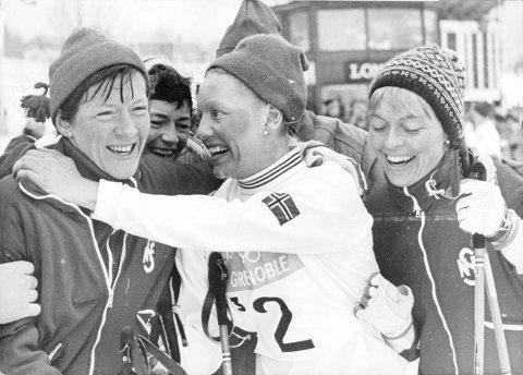 JENTUTTEN: Jentutten med trener Ingrid Wigernæs, Inger Aufles, Babben Enger Damon og Berit Mørdre skrev skihistorie da de vant OL-gull i Grenoble.