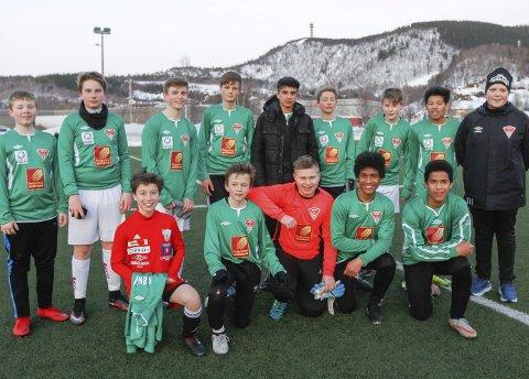 TRENER DREVJA: Trener Simen Jenssen Johnsen (t.h.) er bare 15 år, men utdannet trener og har et G15-lag i Drevja IL alene. denne sesongen.