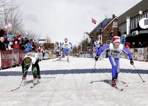 HARD KAMP: Sondre Gjesbakk, Utskarpen er en skotupp foran Petter Tangstad Nordtug, Innstrandens IL.