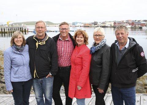 HOLDER SAMMEN: For 30 år siden gikk disse seks til alters sammen i Vardø kirke i et trippelbryllup, som fikk mye oppmerksomhet i lokalpressen. Fortsatt holder henholdsvis Aud (58) og Per (61) Øren, Robert Jensen (55) og Wencke Elveslett (58), og Grete Lystad Jensen (62) og Arnt Jensen (60) sammen som par, og fredag feiret de 30 års bryllupsdag med en skikkelig fest på Østervågen.
