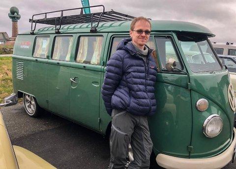KULT: - Det er kult å være med helt fra start, sier Kjell Åge Rødskjø (44) som har kjørt hele veien fra Trondheim i sin Wolksvagen fra 1967.